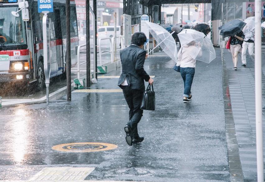 大雨と強風の中、出社する社畜ビジネスマン(びしょ濡れ)