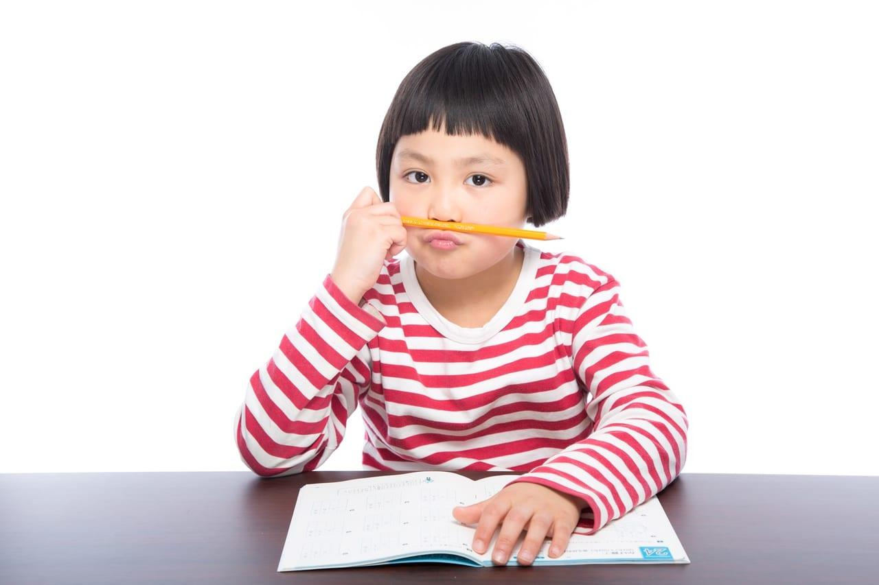 宿題に飽きた小学生のフリー画像(写真)